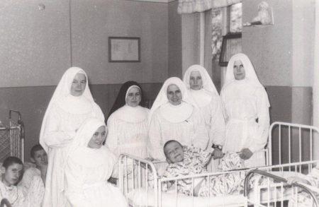 15. Lubańki, 1969. Siostry z chorymi dziećmi